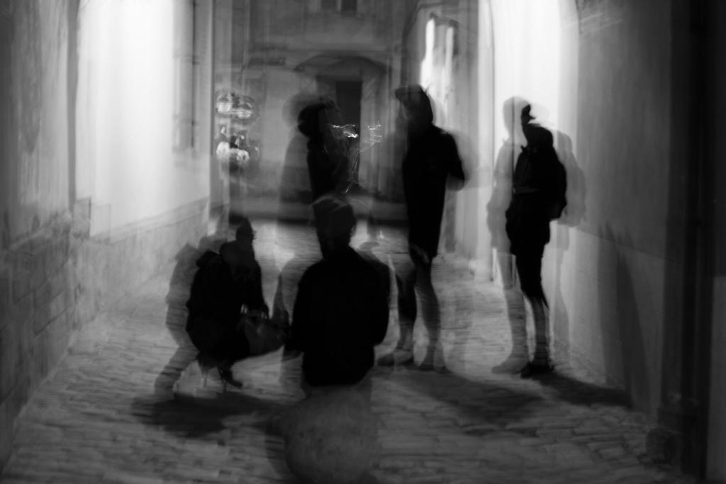 groupe d'individus belliqueux dans une rue sombre et étroite