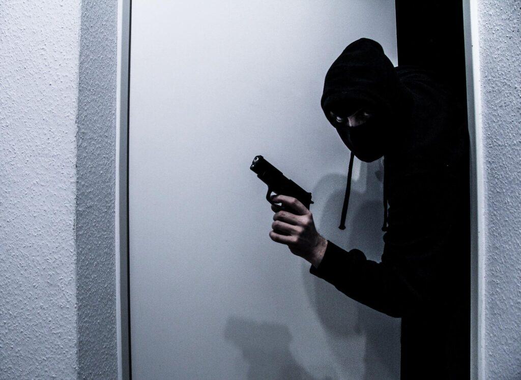 cambrioleur armé s'introduisant dans un domicile