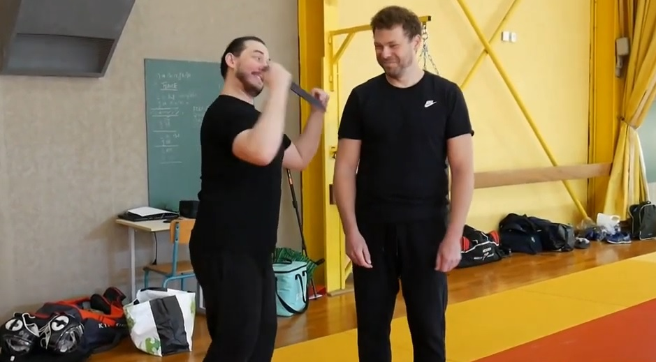 élève s'amusant pendant un cours de self-défense