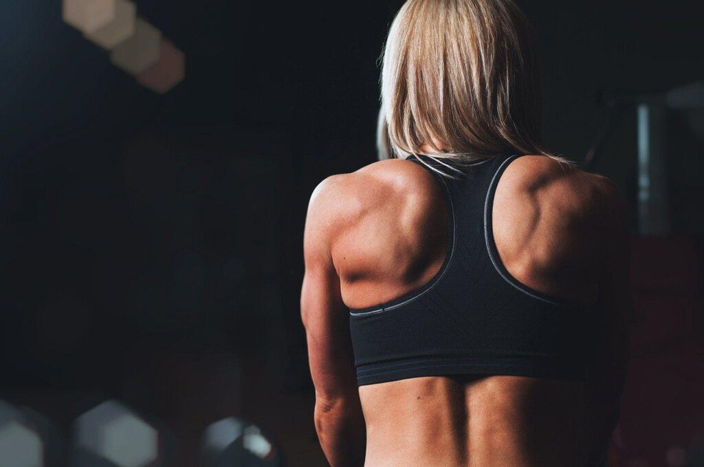 femme athlétique de dos