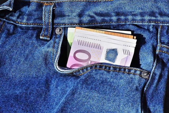 argent dépassant d'une poche de pantalon