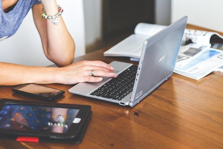 apprendre un cours de self-défense en ligne sur ordinateur portable