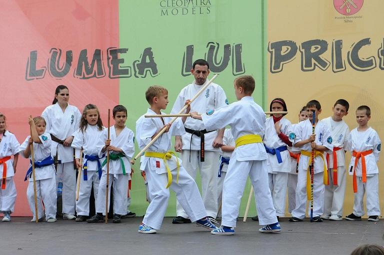 entraînement arts martiaux avec bâton enfants