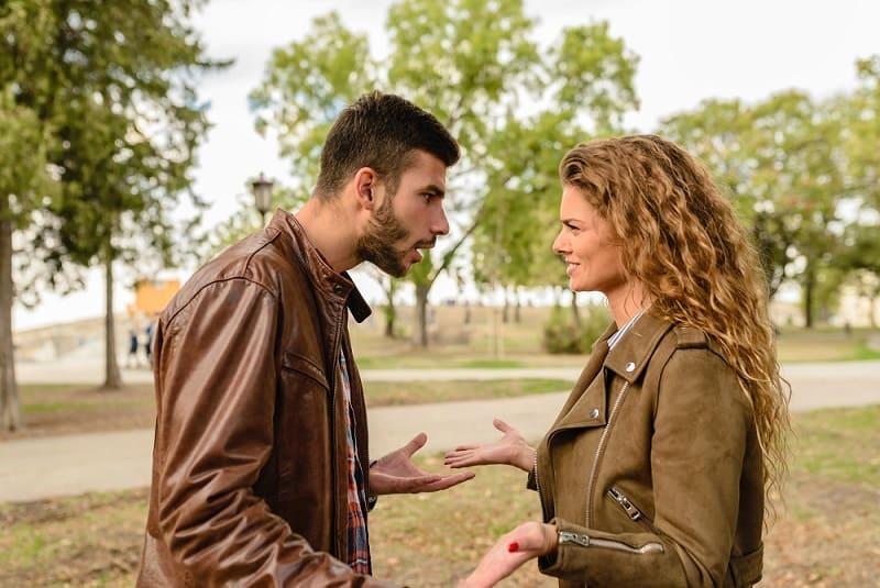 homme agressif se disputant avec une femme