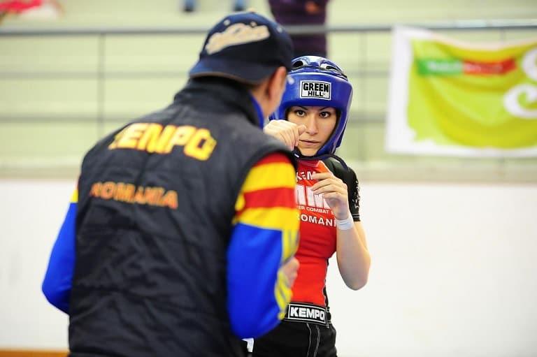 sparring de kempo, dont une femme avec un casque de protection