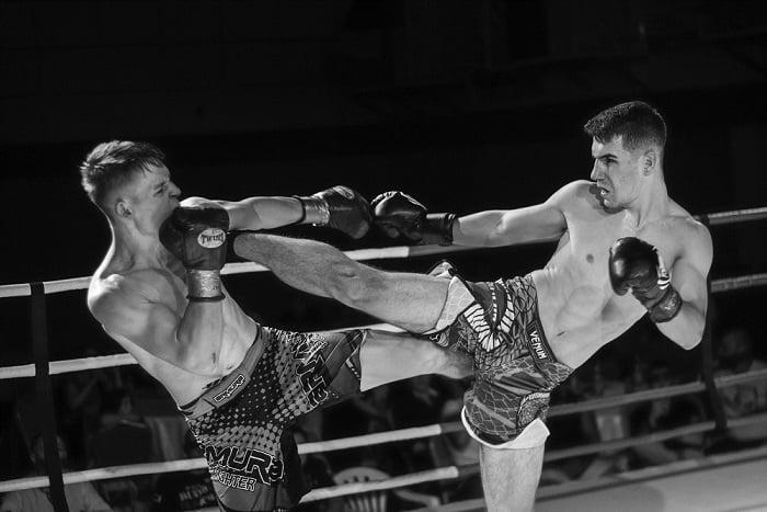 combattants de boxe pied-poing dans un ring, en combat