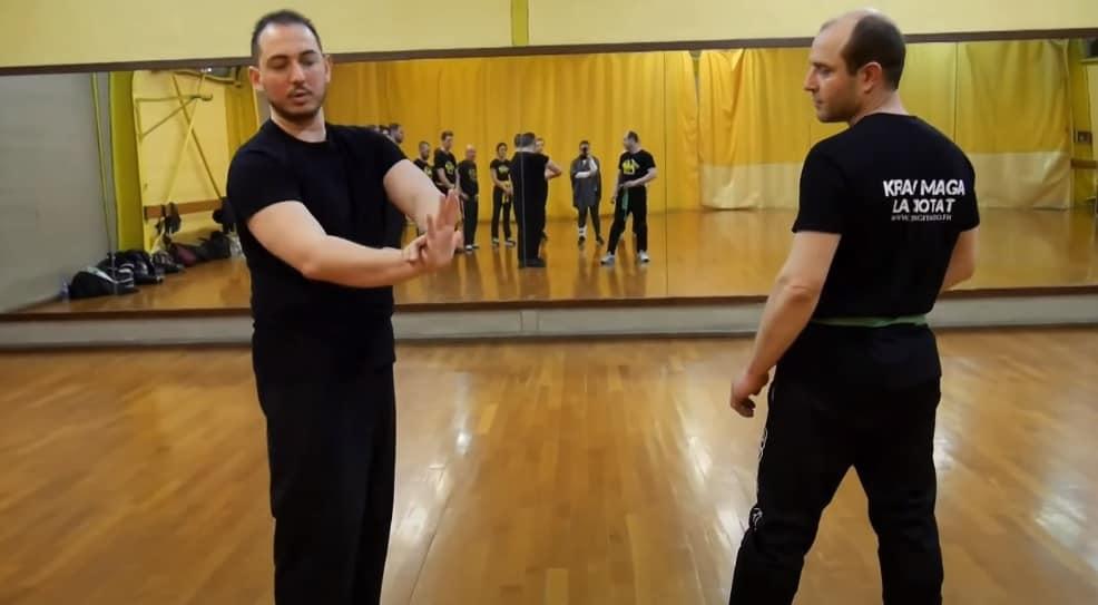 défense contre un coup de pied de côté avec les paumes de main