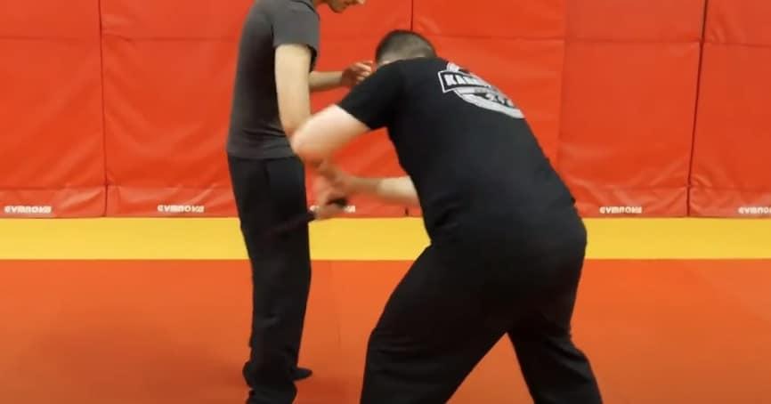 désarmer un agresseur muni d'un couteau par un mouvement d'aller-retour sur une cuisse