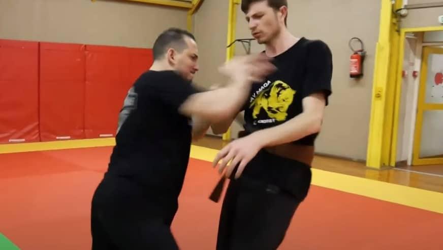 désarmer un agresseur muni d'un couteau en percutant la poitrine