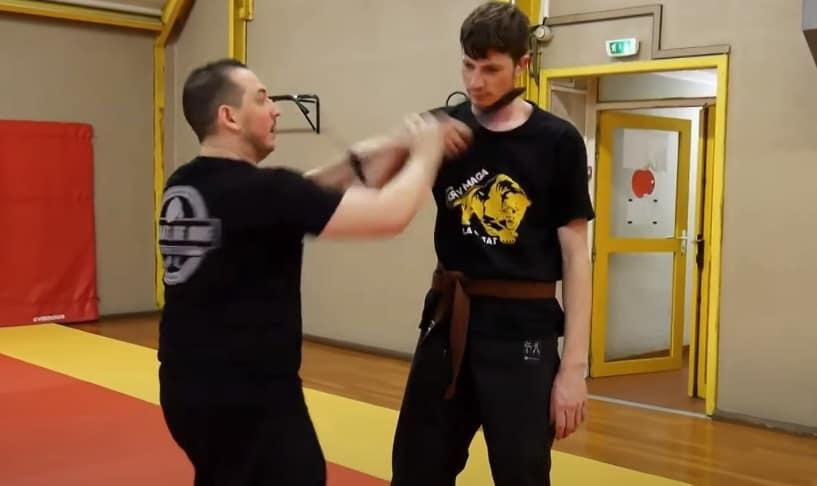 désarmer un agresseur muni d'un couteau contre une gorge